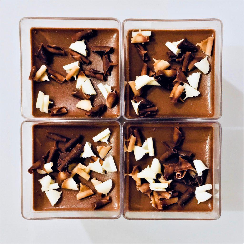 4 poháriky Čokoládovo-gaštanovej peny dozdobené hoblinkami z troch druhov čokolády.