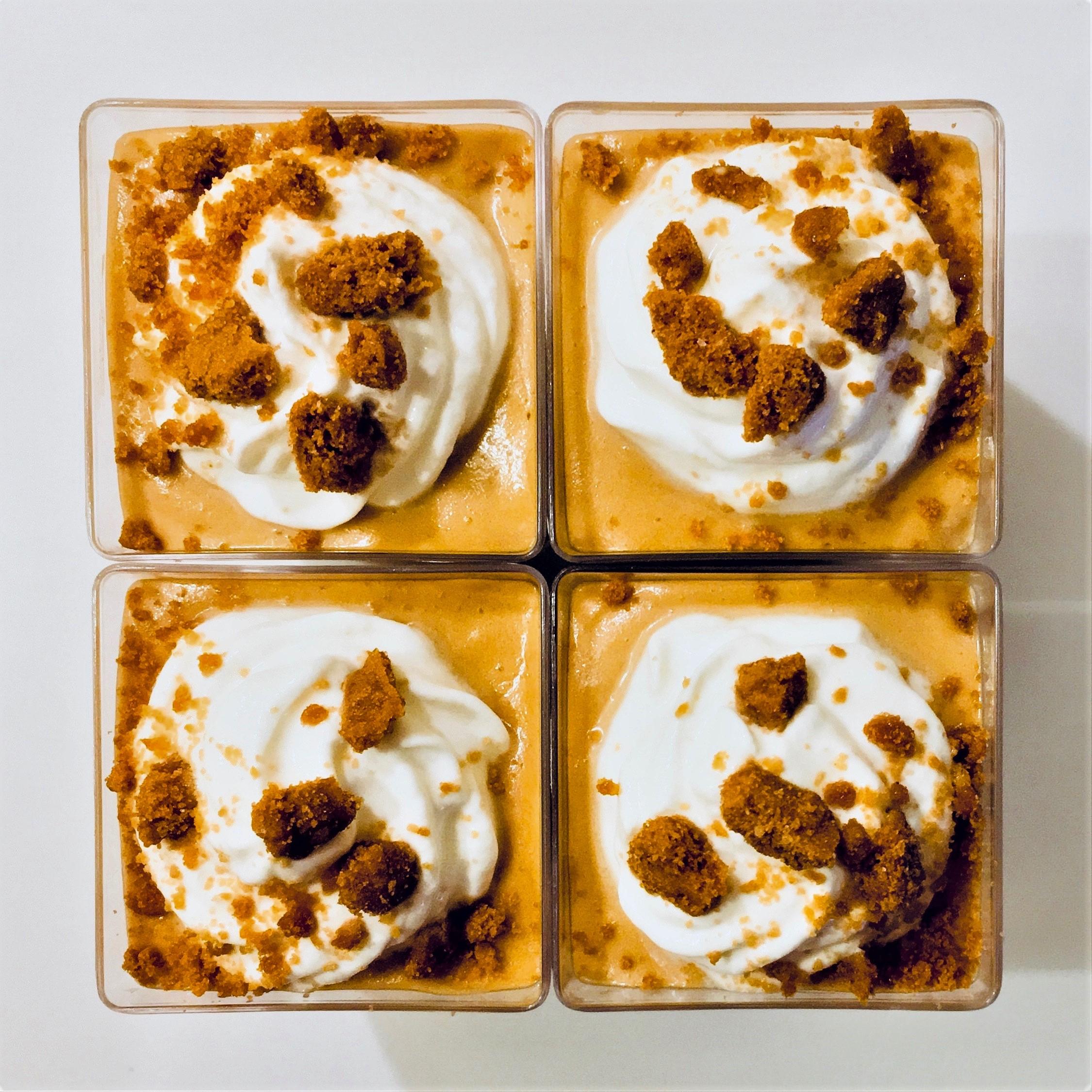 4 poháriky peny z karamelových sušienok Lotus dozdobené kopčekom kyslej smotany a pomrvenými sušienkami.