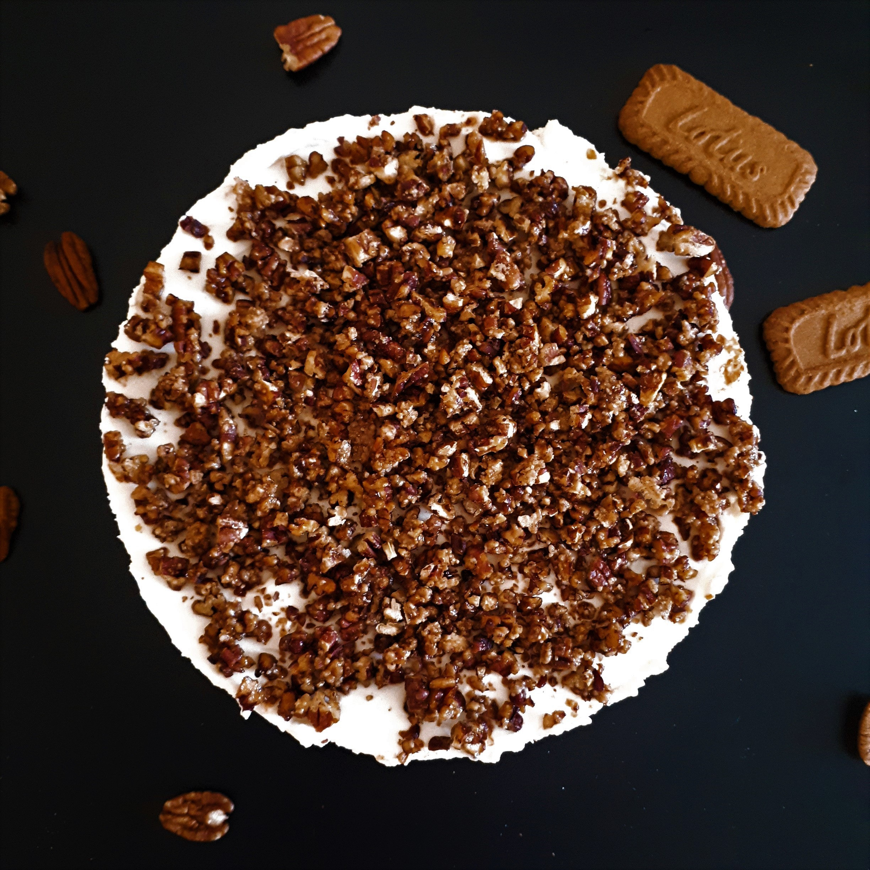 Smotanová torta s mascarpone posypaná skaramelizovanými pekanovými orechmi obsypaná sušienkami Lotus a celými pekanovými orechmi
