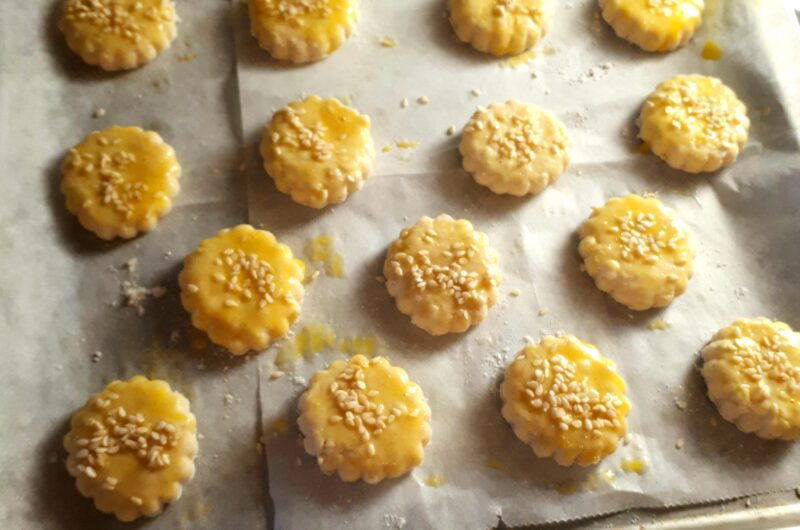 Pagáčiky potreté vajíčkom a posypané sezamom na plechu s papierom na pečenie